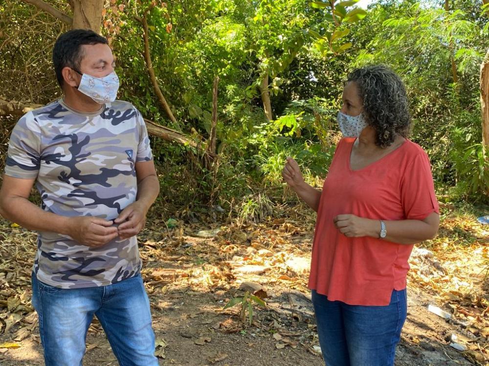 A pré-candidata conversa com moradores do maior bairro de Gurupi