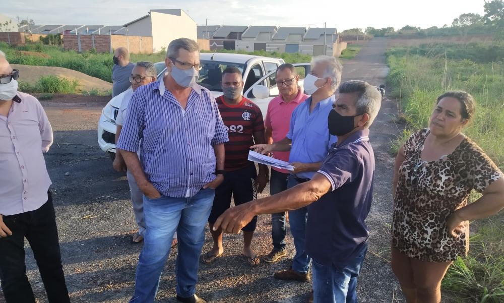 Agentes públicos e moradores vistoriam local onde será construída a casa