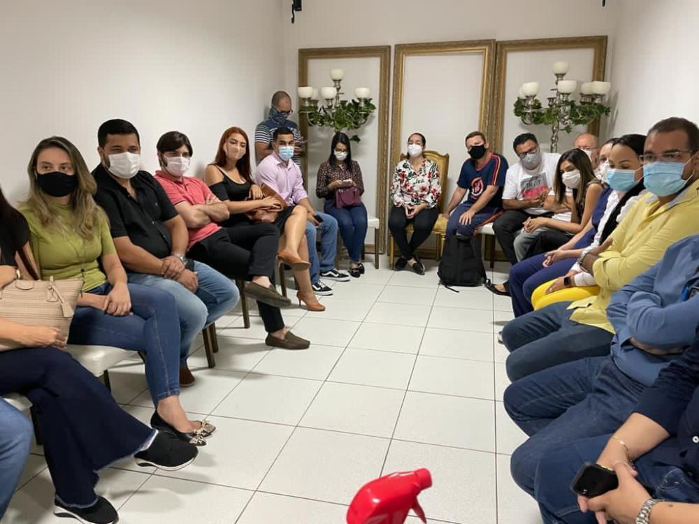 Médicos reunidos nesta noite, quando receberam a notícia sobre a decisão / Foto: Ascom Josi Nunes