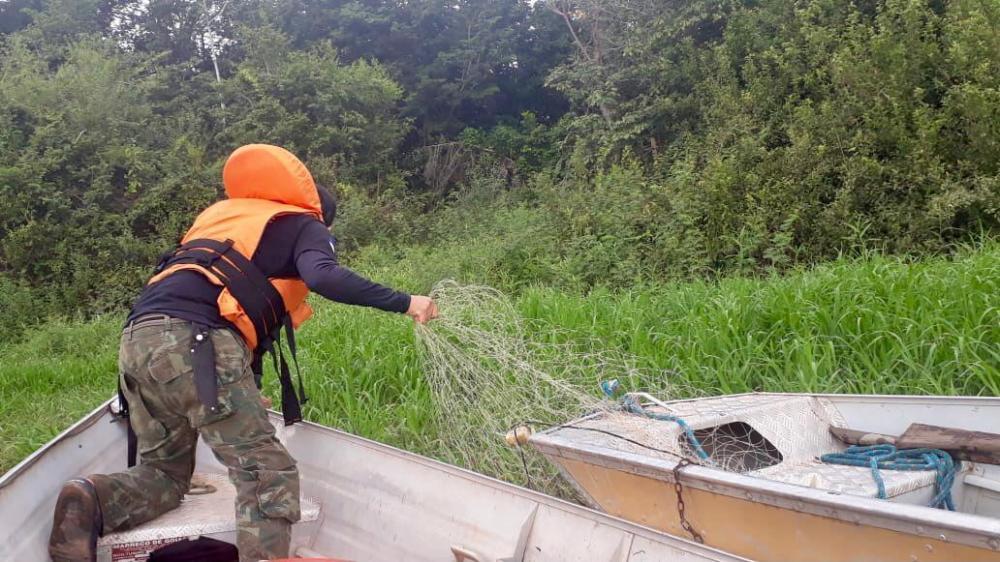Fiscais retiram da água redes usadas em pesca predatória