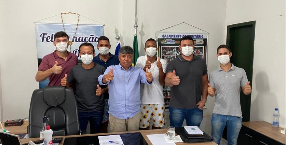 O prefeito de Tocantínia, Manoel Silvino, está dando apoio à seleção de futsal da cidade.