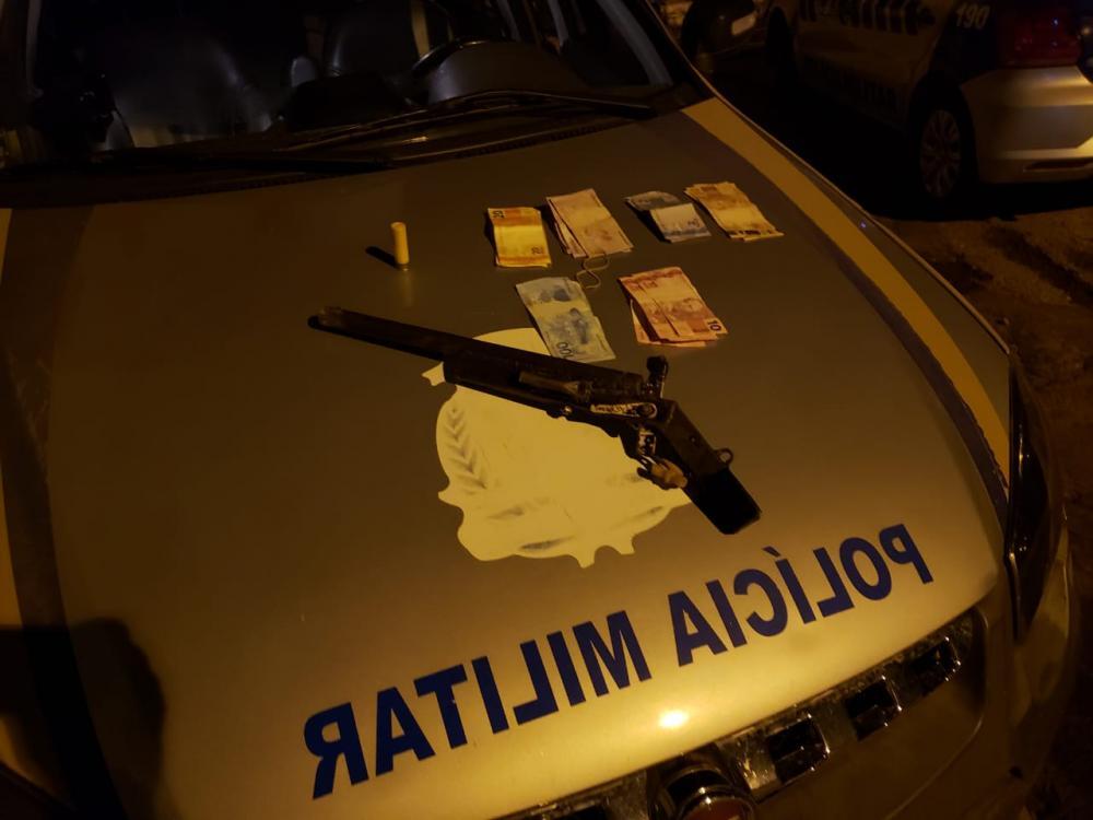 Arma e dinheiro apreendidos na madrugada de terça (16)