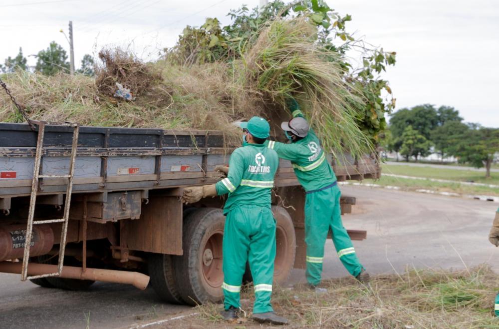 Trabalhadores da limpeza recolhendo o lixo
