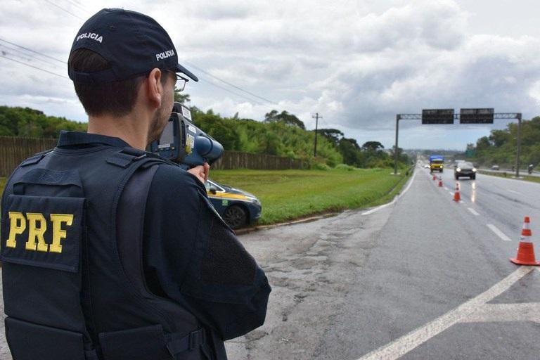 Polícia fiscaliza tráfego de veículos | Foto: Fernando Oliveira - PRF